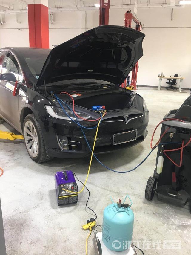 100多万买的特斯拉Model X提车第二天就漏油 车主投诉新车有质量问题