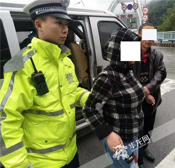 37岁女子欲跳桥轻生 重庆民警见势不对狂奔救人