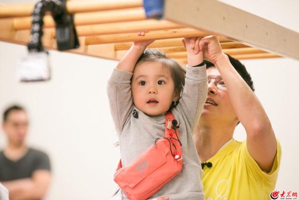 贾静雯带娃练健身 波妞臂力惊人