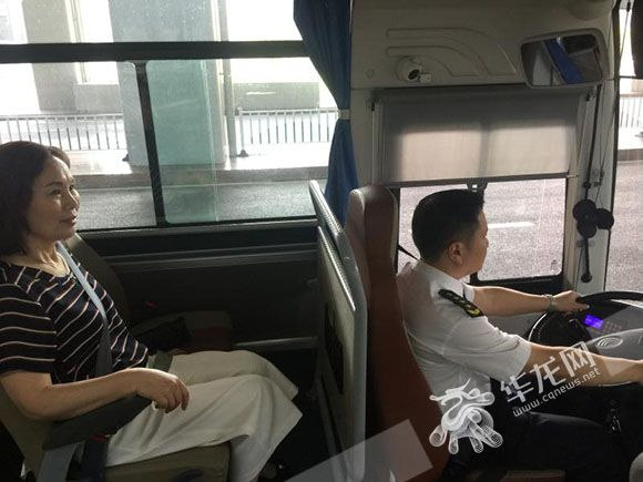 母亲节 他请母亲乘坐自己开的公交车