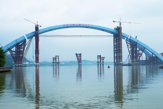 """5885吨""""巨无霸""""空中完美对接 世界第一大有推力钢箱梁拱桥主拱吊装到位"""