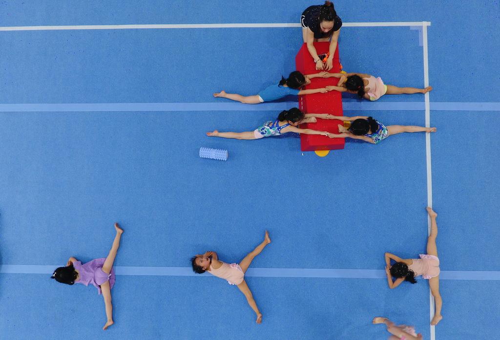 小学员们在榕江县少年儿童业余体操运动学校内进行体操训练(5月15日摄)。 新华社记者刘续摄
