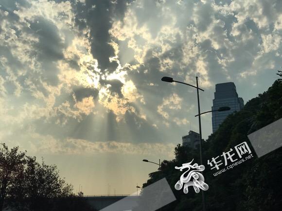 """聚集大风暴雨雷电冰雹 今日重庆召唤""""降温""""神兽"""