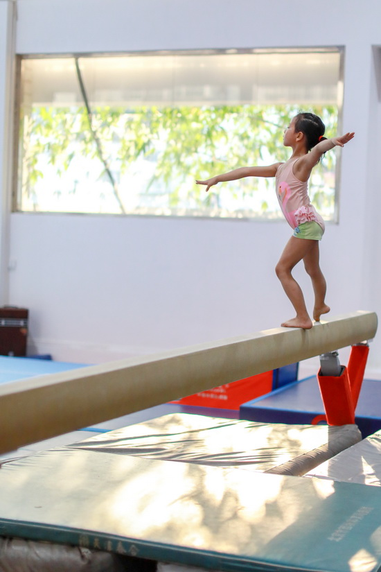 小学员徐子涵在榕江县少年儿童业余体操运动学校内进行平衡木训练(5月15日摄)。新华社记者刘续摄