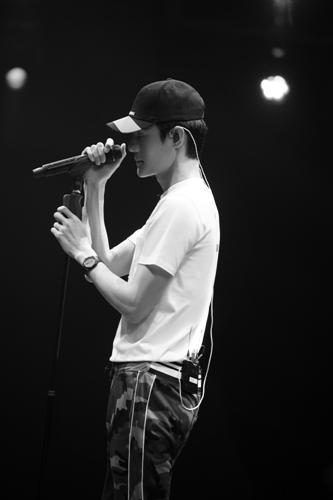 """王凯挑战名曲《我等到花儿也谢了》获好评 """"行走点唱机""""得认证"""