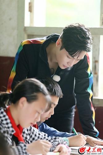 张艺兴《极限挑战》上线最帅英语老师 暖心鼓励留守儿童