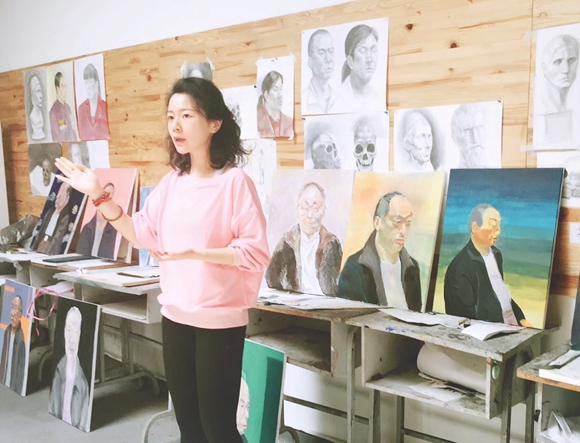 【寻访重庆最美女教师】海归女博士画家回渝教书 强调艺术学生要有文化认知感