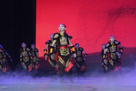舞台上的这群小男子汉得一等奖两个月前他们还不懂什么是跳舞