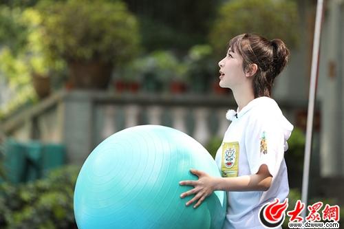杨紫高考接受另类挑战  组团变游戏黑洞