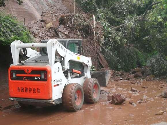 九龙坡区市政紧急抢险锦龙路路面中断 预计最快三小时恢复半边通行