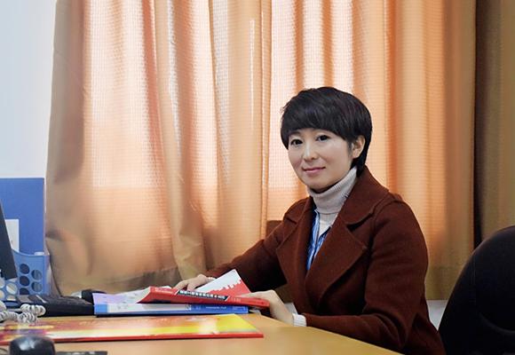 """【寻访重庆最美女教师】用生活语言讲授专业知识 她被学生们评为""""最受欢迎的老师"""""""