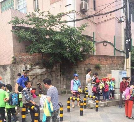沙区设立城管执法护学岗 让孩子上学放学更放心
