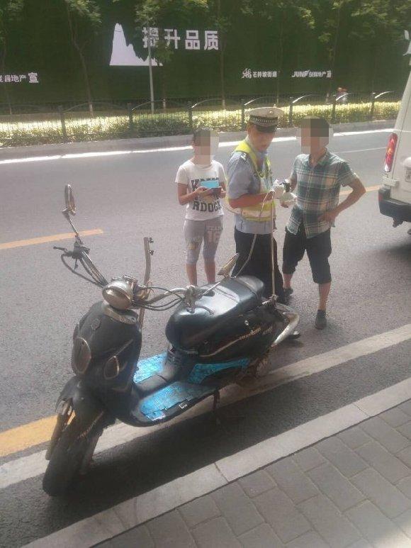 男子无证无牌骑摩托送女儿报名 交警先送人再处罚