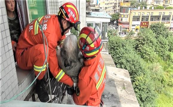 七旬老人坠楼被困6楼雨棚 市民消防接力救人