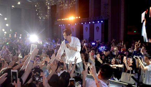 杨宗纬来渝唱情歌引全场大合唱 回应歌迷巡演有望来重庆
