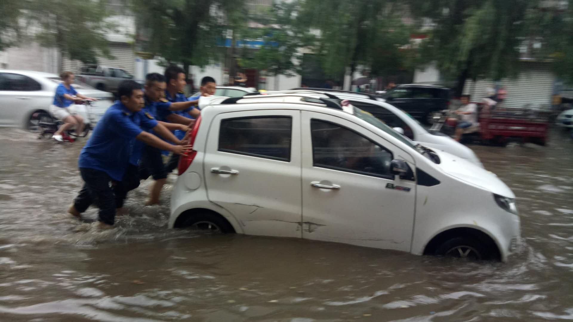 强雨袭城 魏县城管在风雨中坚守