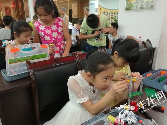 科普夏令营活动进社区 孩子们在家门口免费学习机器人制作等