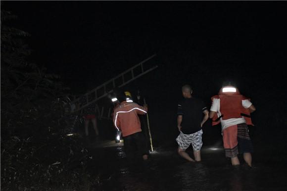 突遭强降雨放羊老人被困峡谷河道 重庆丰都消防8小时涉水营救