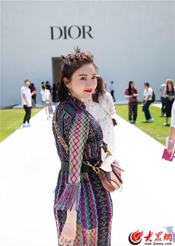 肤白貌美大长腿!景甜别致造型亮相Dior高订秀