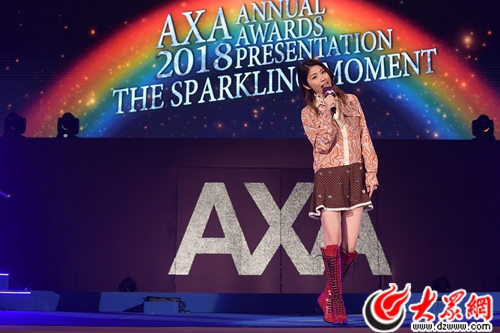 陈慧琳伤后现身香港某颁奖典礼  粉丝激动冲上台与天后一起唱跳