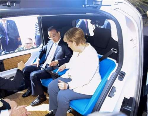 李克强与默克尔乘坐自动驾驶汽车