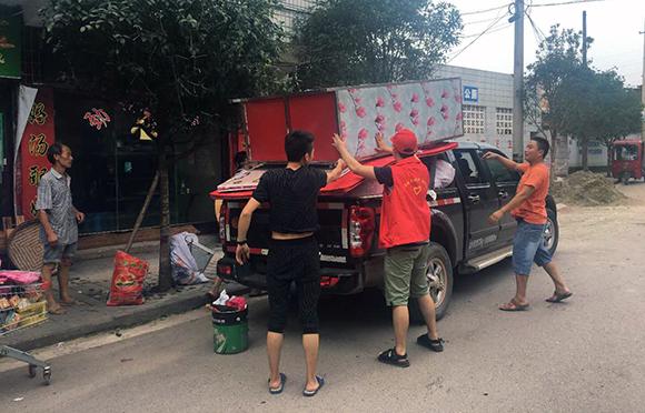 涪江洪峰过境 青年志愿者奋战在抗洪抢险一线