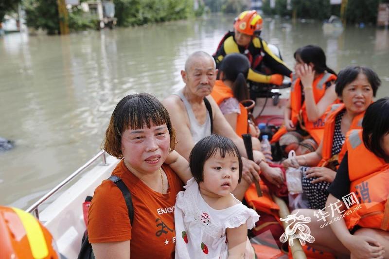 暖!三岁萌宝被困洪水 呆萌笑容迎救援
