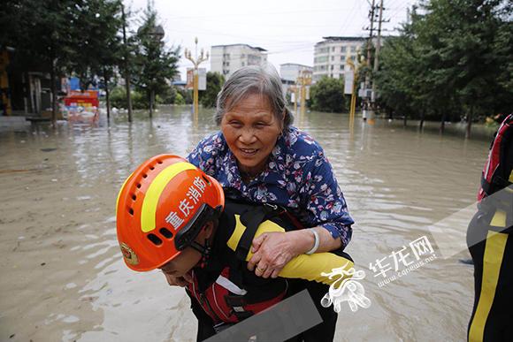 背起老人抱起孩子…… 合川太和镇的暖心救援正在继续