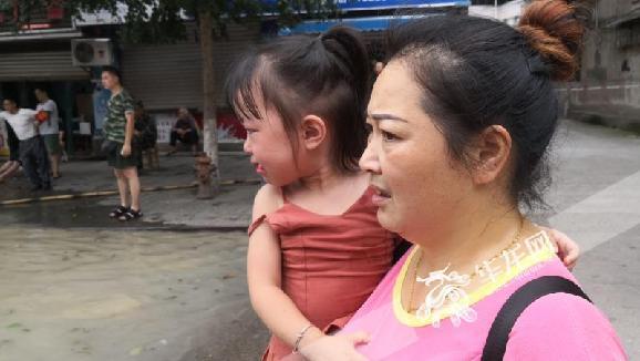 直击现场|祖孙因睡过头被困女孩大哭 救援人员递上饼干