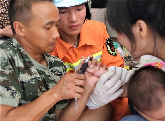重庆石柱:一岁小孩手指被卡 消防官兵用玩具分散注意力施救