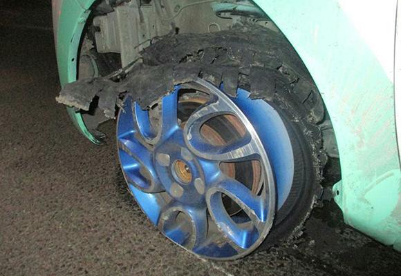 """车子爆胎后继续开磨到只剩轮毂 司机要""""干撒子"""""""