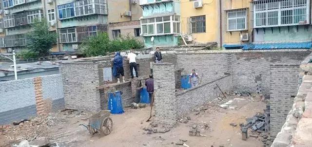 即建即拆!工作人员冒雨将棉一润鹏小区违章建筑强制拆除