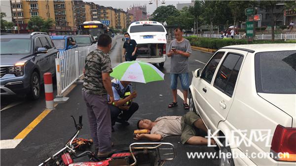 风雨中为伤者撑伞守护
