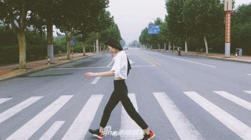 刘雯穿露脐装秀诱人马甲线 率性洒脱纤细长腿吸睛