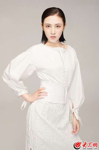 罗昱j玩转白色时尚LOOK  优雅英挺妩媚撩人