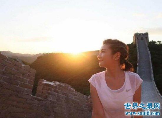 重回娱乐圈的selina勇敢面对伤疤,现在的她美出天际!(www.souid.com)