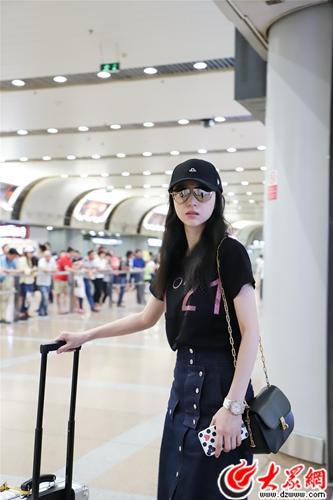 董璇黑T半裙现身机场 面露笑容状态佳