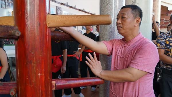 电影《极品师徒》制片人周将哲在永春白鹤拳史馆打木人桩.jpg