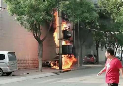 武安闹市街头一变压器突发大火黑烟滚滚 一轿车遭殃!