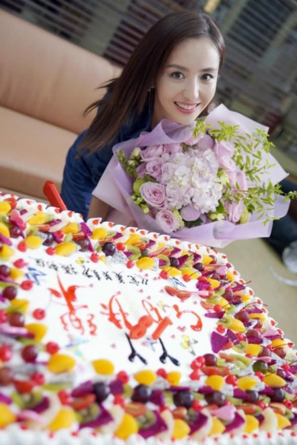 佟丽娅片场庆祝34岁生日,眼睛大如洋娃娃同时撞脸Baby唐嫣