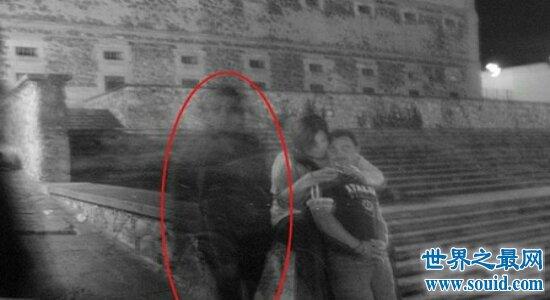 英国鬼手自拍事件 摇滚明星与女儿的照片中竟然多出一只手(www.souid.com)