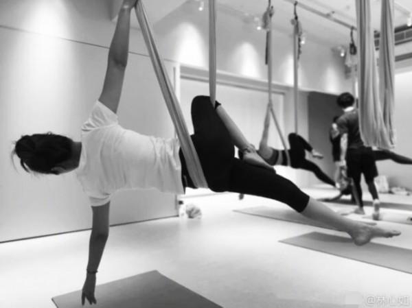 林心如练瑜伽秀高难度姿势 倒立下腰身材曲线亮眼