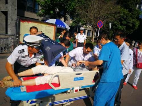 女子突发癫痫晕倒路边 路过护士紧急施救助其脱险
