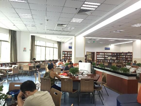 图书馆灯光昏暗导致视力下降 专家来科普:过亮或过暗的光线都不利于眼睛的保护