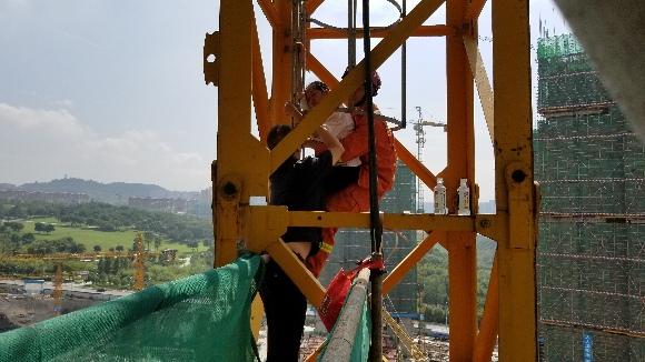女子爬上近百米高的塔吊欲轻生 却感觉头晕中暑了