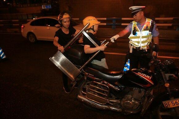 渝中交巡警本月夜间集中整治两轮摩托车交通违法