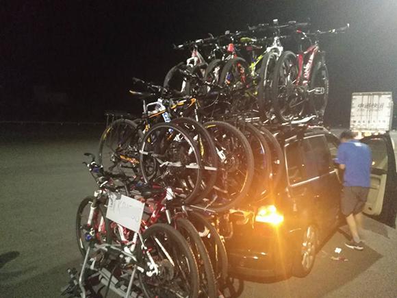 """高速路上来了""""变形金刚"""" 原是商务车上绑14辆自行车"""