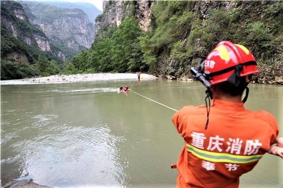 游客耍水遭激流冲走 热心人去救双双被困河中滩涂