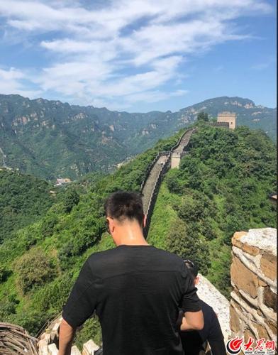 林永健徒步爬长城  网友赞:好汉体力棒