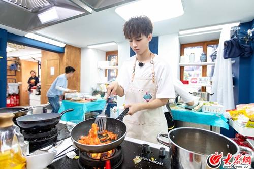 王俊凯主厨日遭暴雨侵袭 实力演绎:人在肉丸在